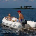 Jeune couple naviguant sur un bateau équipé d'un moteur Yamaha 5 chevaux.