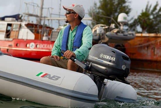 Homme naviguant sur un bateau équipé d'un moteur Yamaha modèle 5, 6, 4 chevaux.