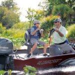 Père et fils pêchant sur un bateau équipé d'un moteur Yamaha 50 chevaux.