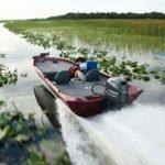 Homme naviguant sur un bateau équipé d'un moteur Yamaha 50 chevaux.