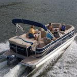 Personnes naviguant sur un bateau équipé d'un moteur Yamaha 70 chevaux.