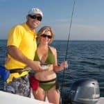 Couple pêchant sur un bateau équipé d'un moteur Yamaha 70 chevaux.