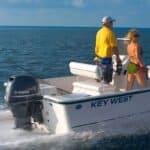 Couple naviguant sur un bateau équipé d'un moteur Yamaha 70 chevaux.