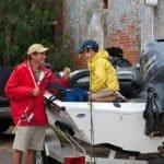 Père et fils préparant un bateau équipé d'un moteur Yamaha 70 chevaux.