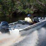 Homme naviguant sur bateau équipé d'un moteur Yamaha 70 chevaux.