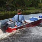 Homme naviguant sur un bateau équipé d'un moteur Yamaha 8 chevaux.