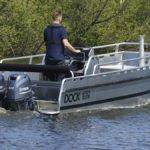 Homme naviguant sur un bateau équipé de moteurs Yamaha 60 chevaux.