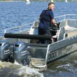 Homme naviguant sur un bateau équipé de moteurs Yamaha 50 chevaux.