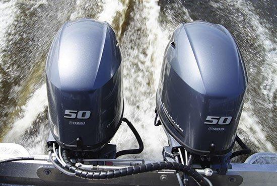 Bateau équipé de moteurs Yamaha 50 chevaux.