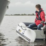 Homme naviguant sur un bateau équipé d'un moteur Yamaha modèle M26, M20, M18, M12.