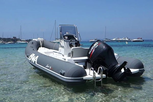 Mouillage d'un bateau de type Semi-rigide de la marque BWA, modèle SPORT 18 GT.
