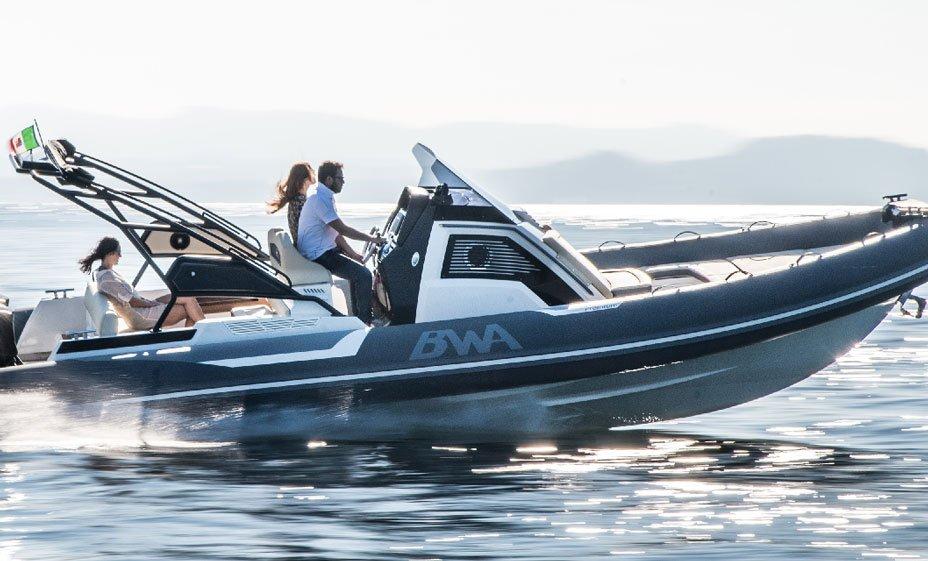 Photographie de personnes naviguant avec un bateau BWA modèle Premium 30