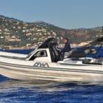Photographie d'un homme naviguant avec un bateau BWA modèle Premium 30
