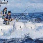 Personnes pêchant sur un bateau équipé de moteurs Yamaha XTO 425 chevaux.