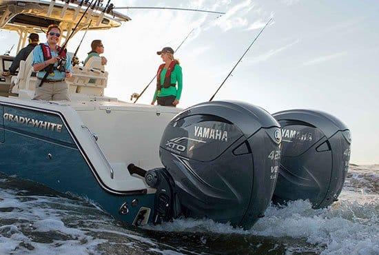 Personnes naviguant sur un bateau équipé de moteurs Yamaha XTO 425 chevaux.
