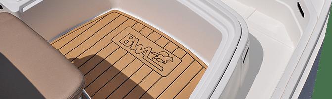 Photographie du logo BWA gravé sur la coque d'un bateau