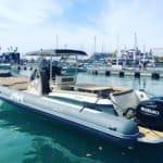 Photographie du bateau BWA (modèle Sport 33 GTO) au mouillage dans un port