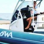Photographie d'une femme souriante sur le bateau BWA (modèle Sport 33 GTO)