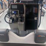Photographie du cockpit du bateau BMA modèle X266